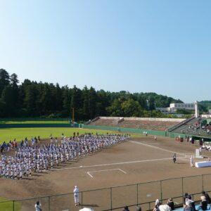 快晴の暑い中、出場チームが開会式に臨みました